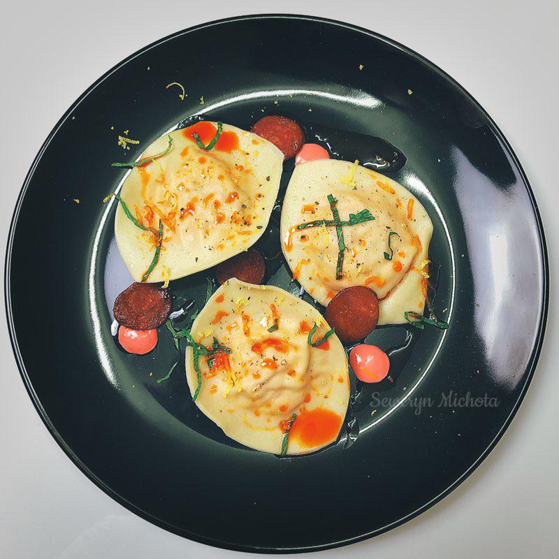 Ravioli z Kraberm i Musem z Łososia, Chorizo i Konfiturą z Pomidorów
