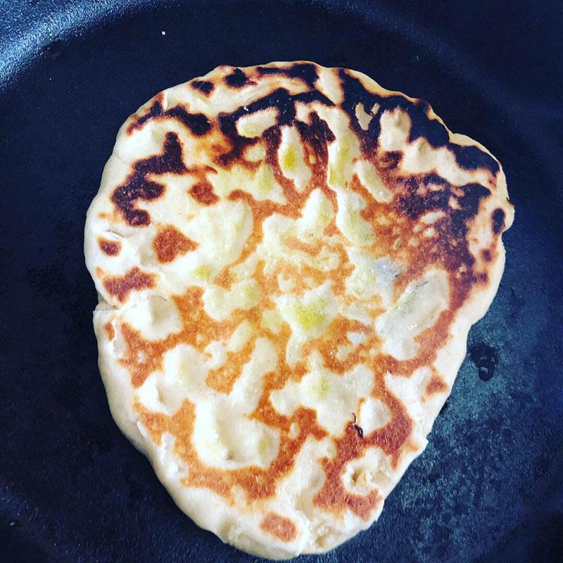 Chlebek Naan z Patelni - pieczenie w domu bez pieca Tandori